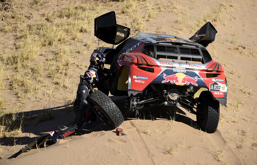 302 PETERHANSEL Stephane (fra) COTTRET Jean Paul (fra) from Team Peugeot Total in action stuck in the sand during the Rally Dakar 2016 Argentina,  Bolivia, Etape 9 / Stage 9, Belen - Belen,  from  January 12, 2016